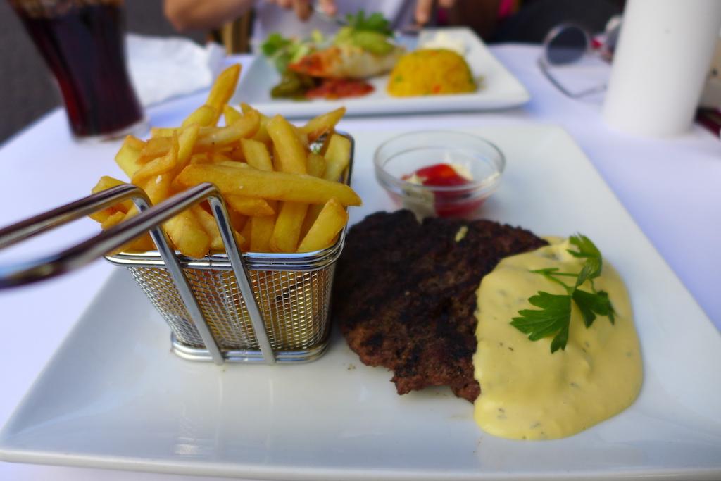 210 g Steak Bearnaise mit Pommes im Gitter im Restaurant Nova, Kopenhagen