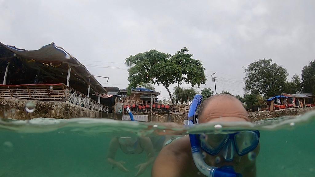 Pärchen macht ein Schnorchel Selfie im Hinter der Panagsama Beach an einem rainy Day