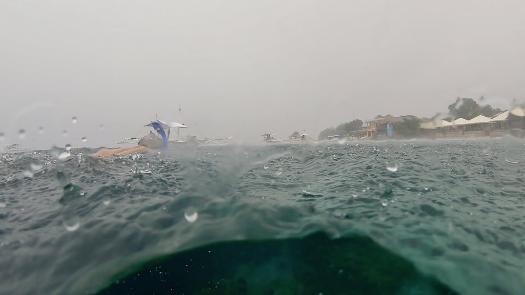 Shot aus dem Wasser am stark verregneten Panagsama Beach