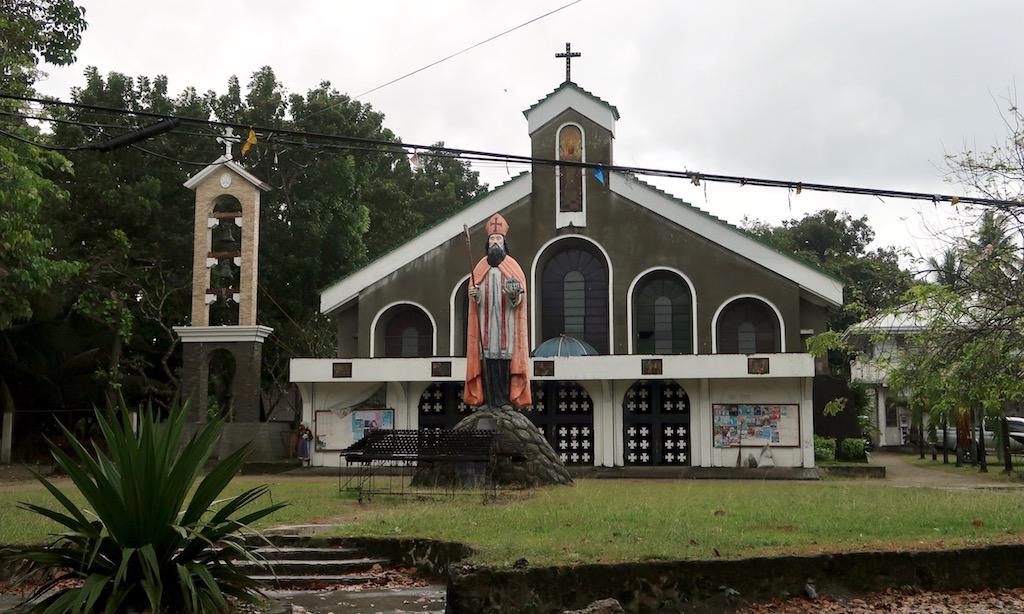 Saint Augustine Parish Kirche mit Jesus Figur davor