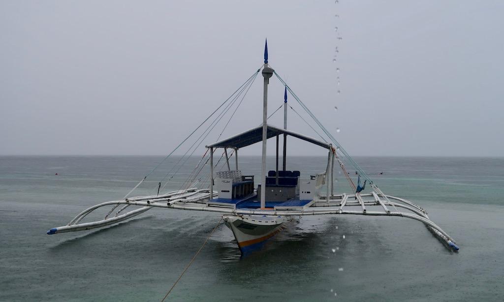 Bangka an einem rainy Day am  Panagsama Beach