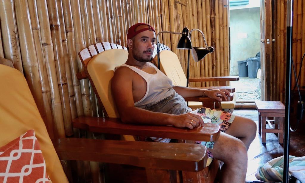 """Bendja sitzt in einem Stuhl und warte auf seine Rückenmassage im """"Moalboal Spa & Massage"""""""