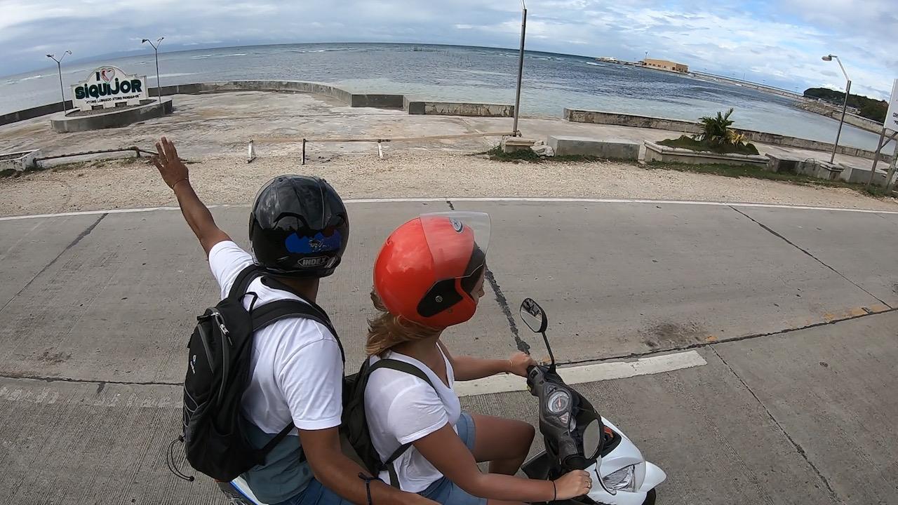 2 Motorradfahrer vor dem I Love Siquijor Schild
