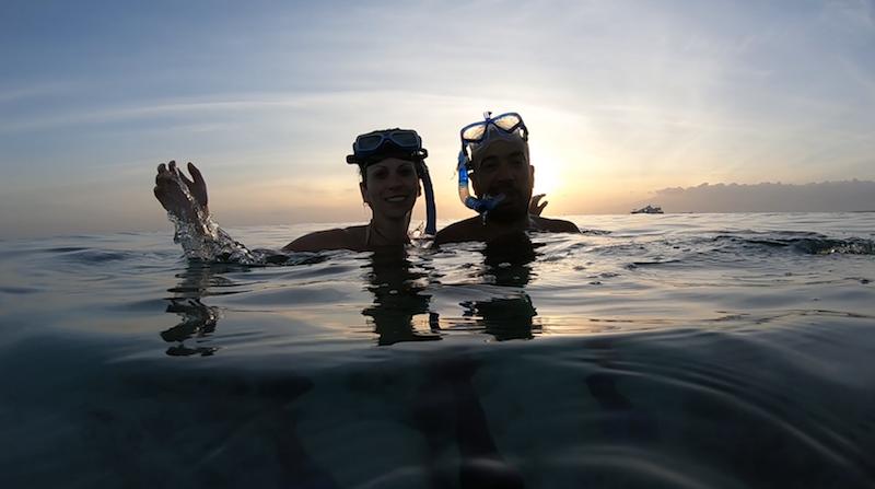 Ein Pärchen macht ein selfie beim Schnorcheln kurz vor dem Sonnenuntergang
