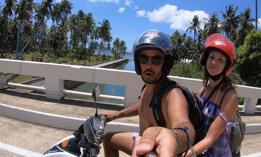 Zwei Touristen beim Motorradselfie in Siquijor