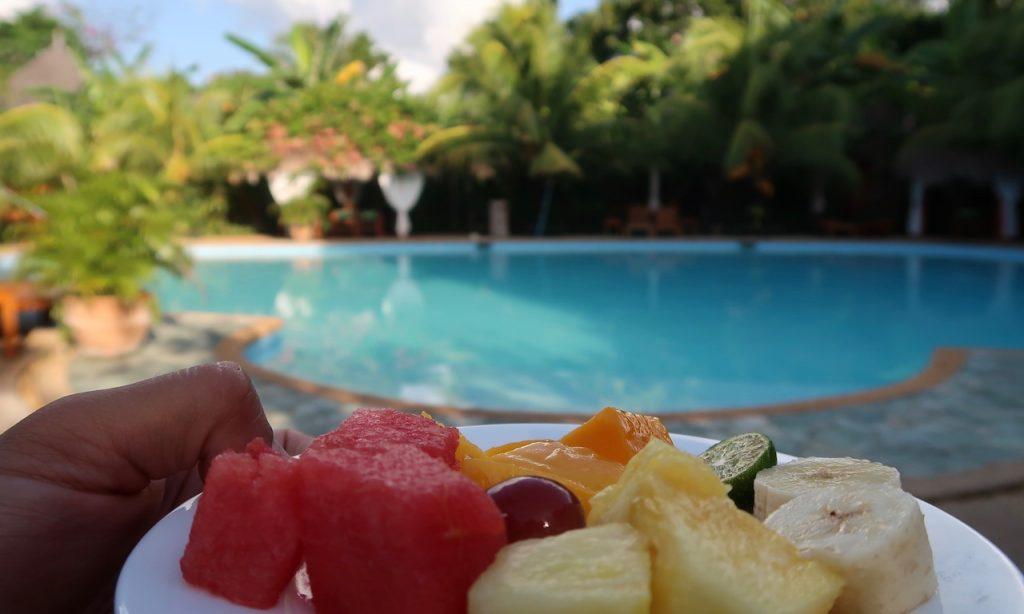 Früchteteller am Pool des Casa Coco im Coco Grove Beach Resort