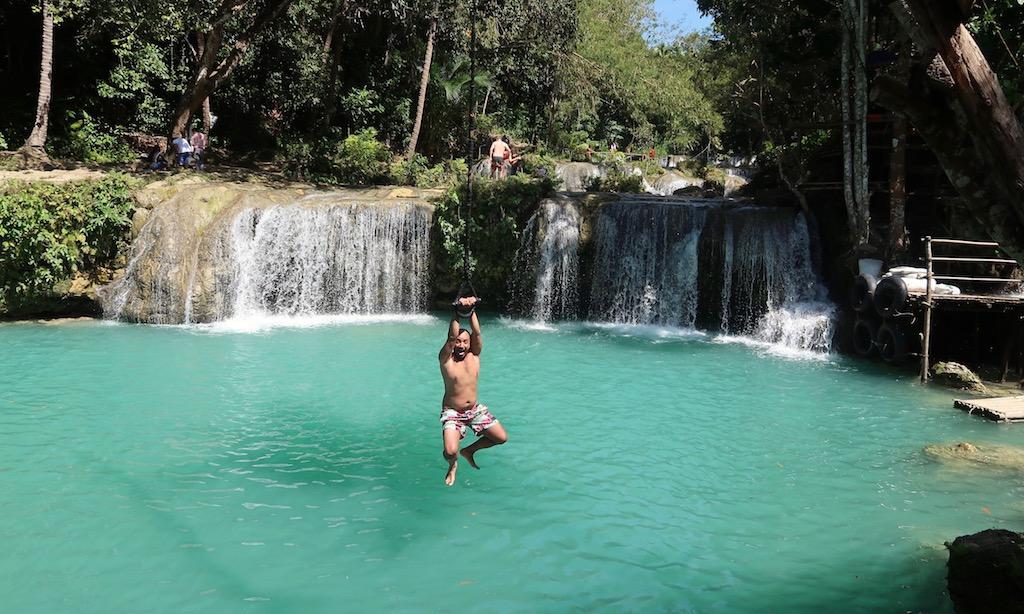 Ein lustige Tourist am Swingrope der Cambugahay Falls