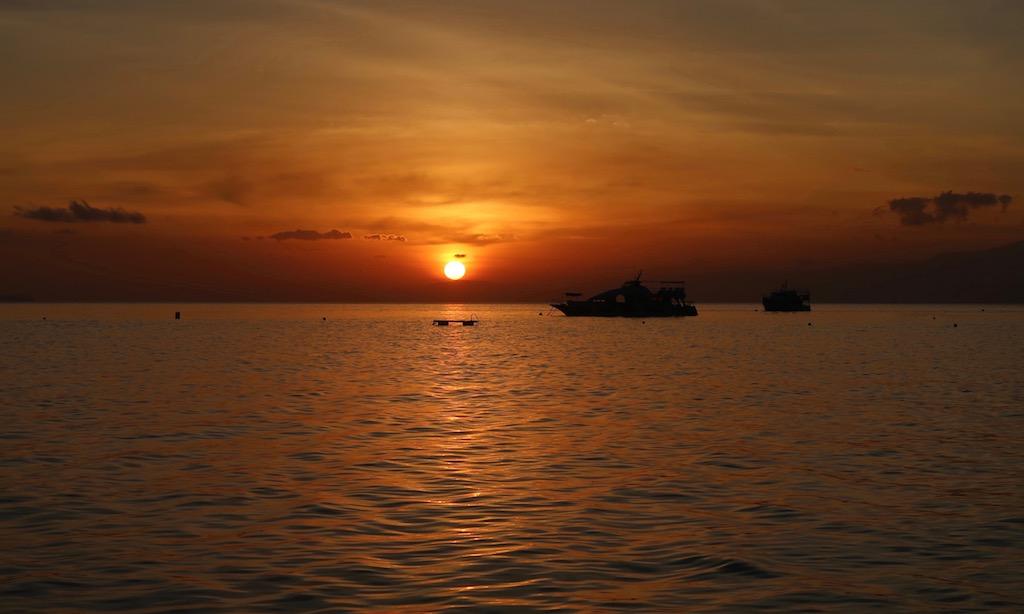 Blutroter Himmel beim traumhaften Sonnenuntergang am Tubod Beach beim Coco Grove Resort in Siquijor