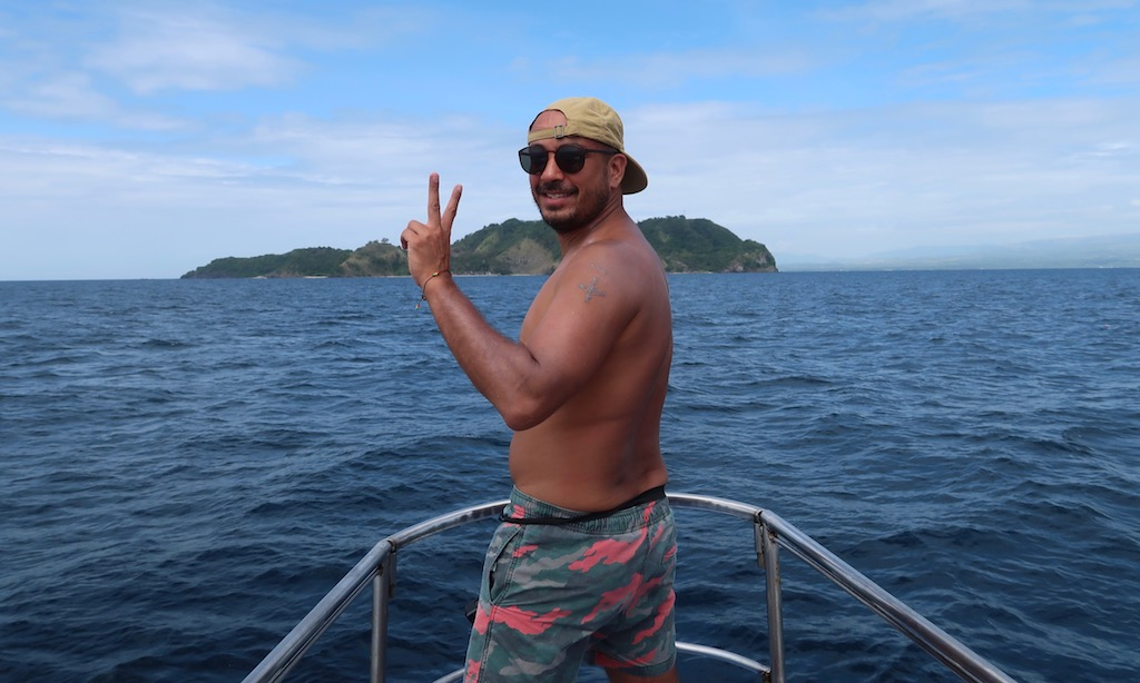 Cooler Dude am Bug der Coco Adventurer kurz vor Apo Island.
