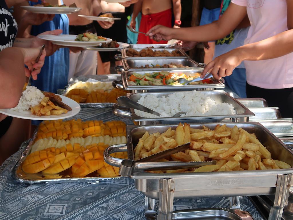 Lunch Buffet am Apo Island Beach Resort auf Apo Island