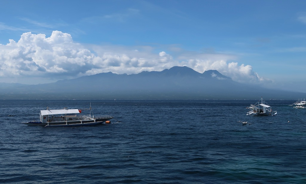 Blick auf die Insel Negros mit 3 Bangkas auf dem Meer