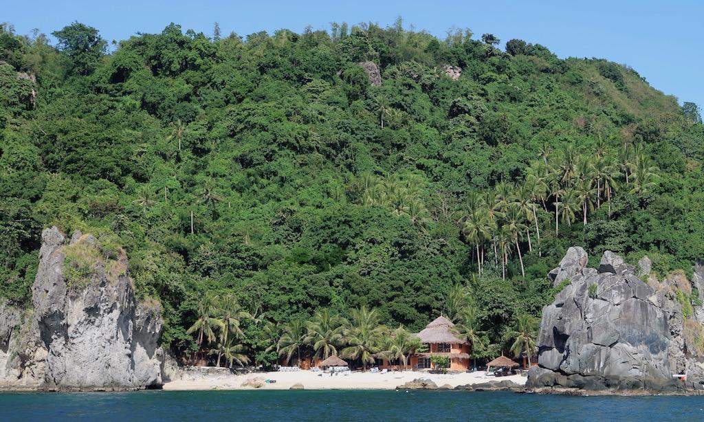 Der Strand vom Apo Island Beach Resort aus der Ferne