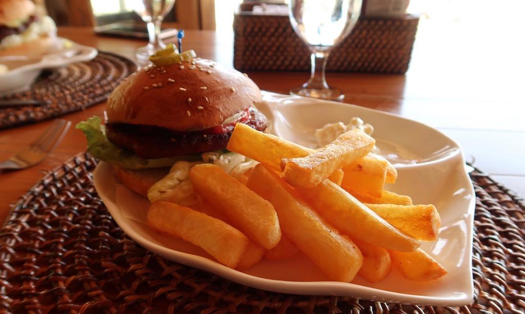 Burger und Pommes am Salamanders Restaurant auf Siquijor