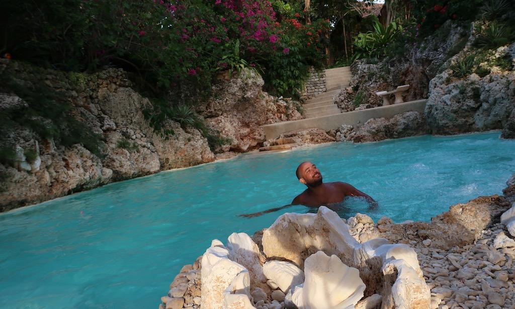 Bendja chillt im Natural Spring des Coco Grove Resorts