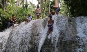 Philippinische Locals hängen am Lugnason Fall ab und jumpen ins Wasser