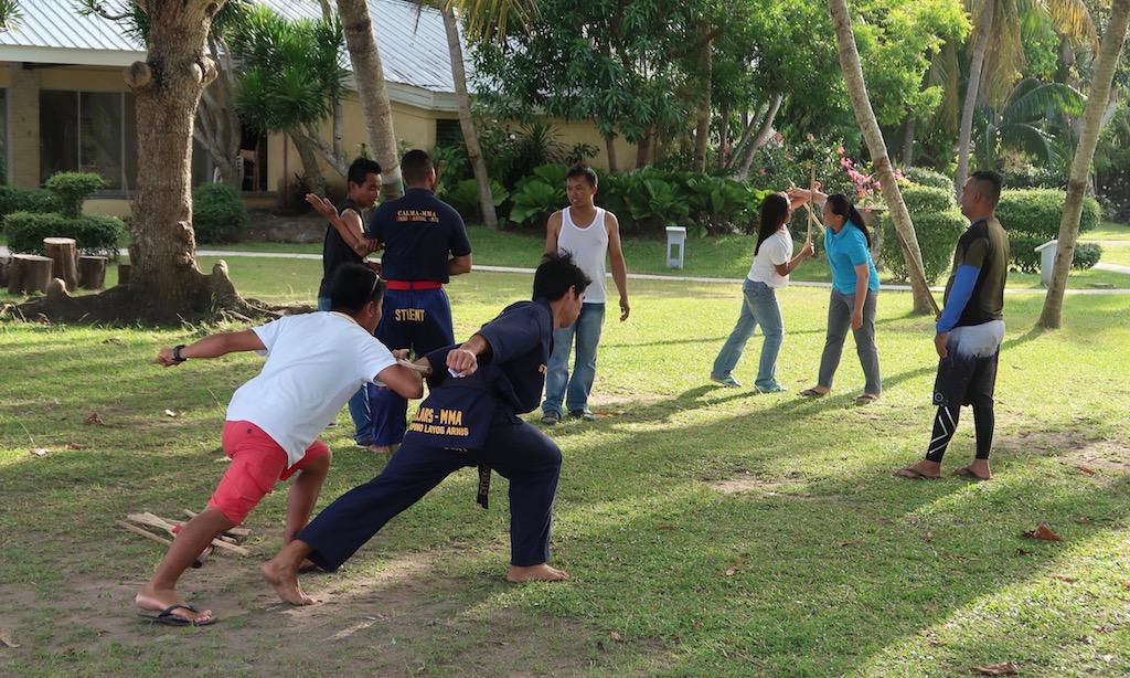 Philippinisches Stockkampftraining im Garten des Sta. Monica Beach Club