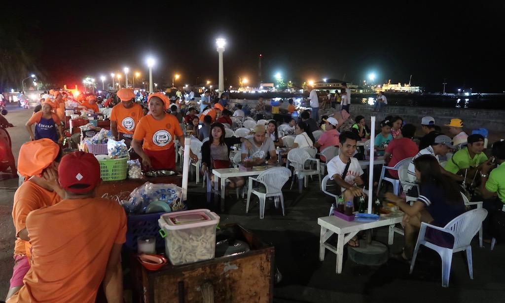Köche und Gäste draußen am Tempurahan Sa Rizal Boulevard Dumaguete City