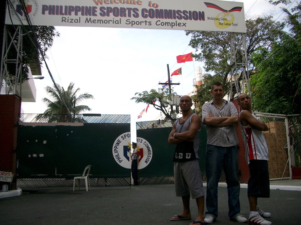 2 Philippinos und 1 Engländer vor der Philippine Sports Commission