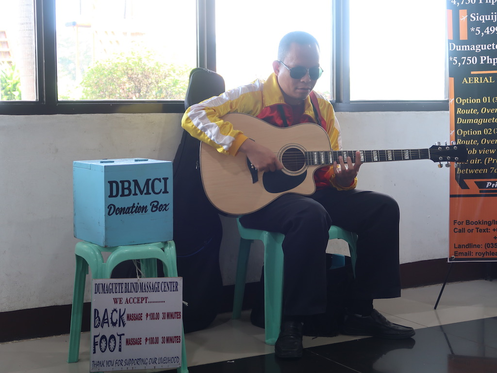 Blinder Gitarrenspieler am Sibulan Airport in Dumaguete