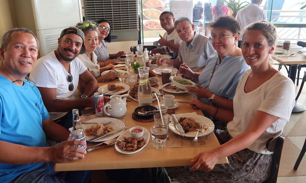 Bendja und Family im Abes Restaurant in Manila