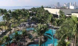 Blick auf Pool-Landschaft und Hochhäuser an der Manila Bay vom Balkon des Sofitels aus (From Dumaguete nach Manila)