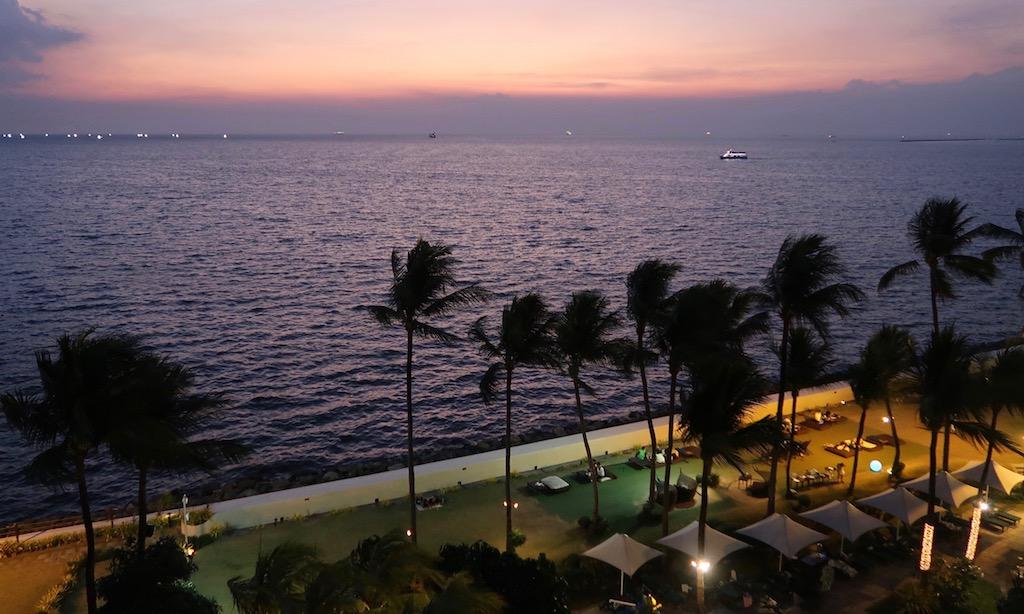 View vom Sofitel auf die Manila Bay am Abend