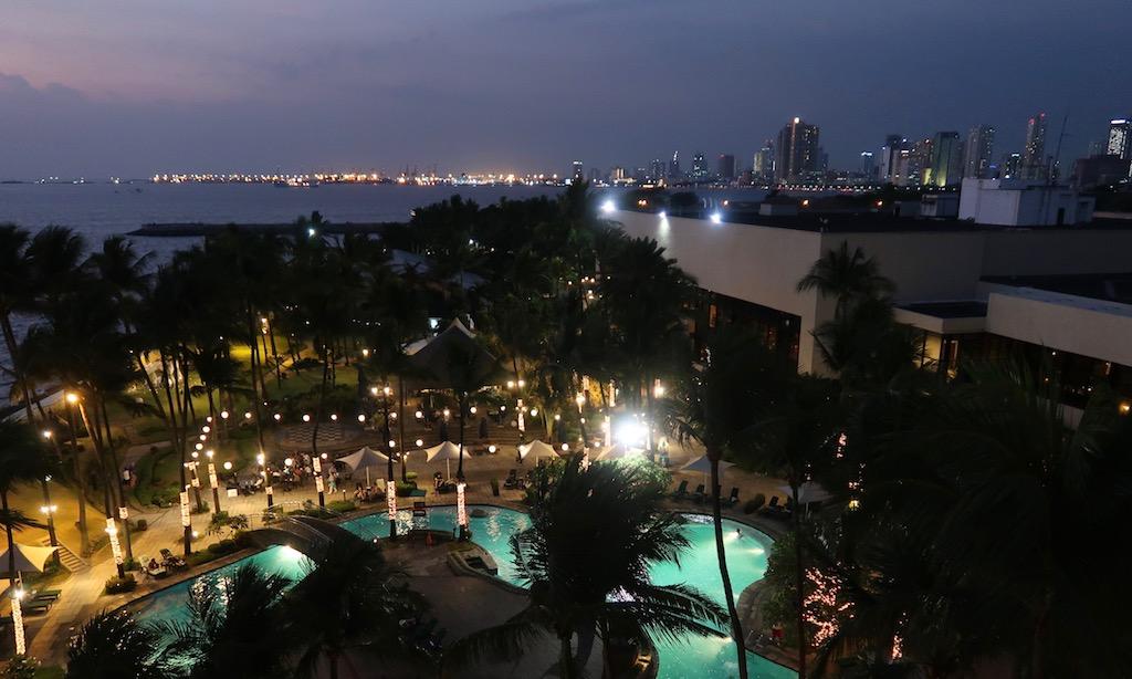 Blick auf Pool-Landschaft und Hochhäuser an der Manila Bay vom Balkon des Sofitels aus