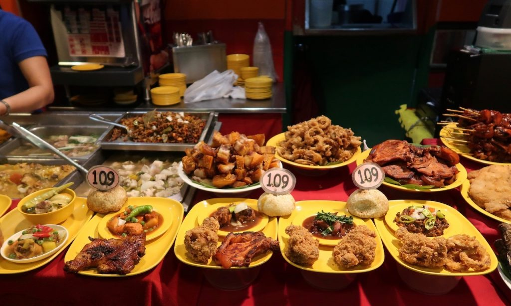Philippinisches Food + Foodattrappen bei Mr. Pares in der Robinson Mall, Manila