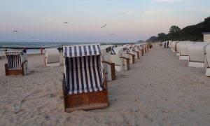 Blau-Weiss gestreifte Strandkörbe in Kolberg