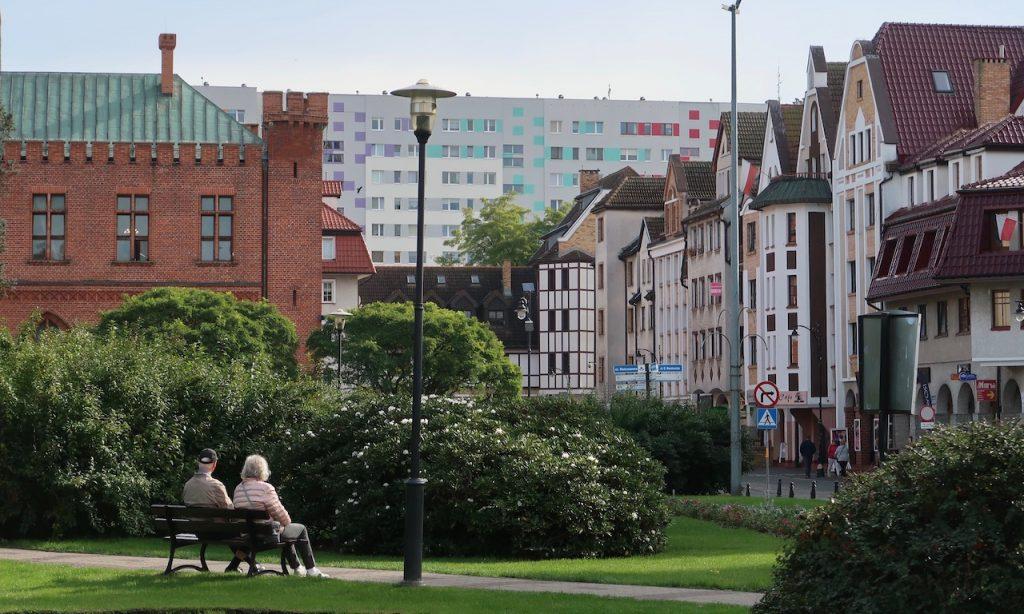 Altstadt von Kolberg mit Plattenbau im Hintergrund