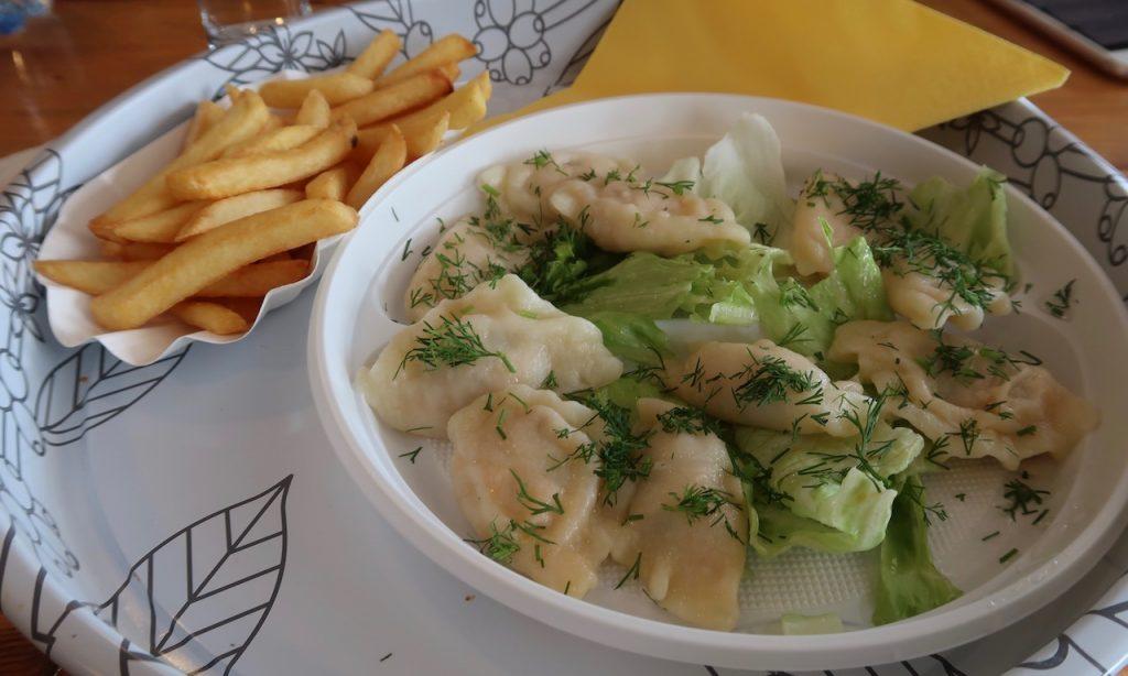Pierogi mit Lach und Dill und Pommes in der Taverne Pacyfik
