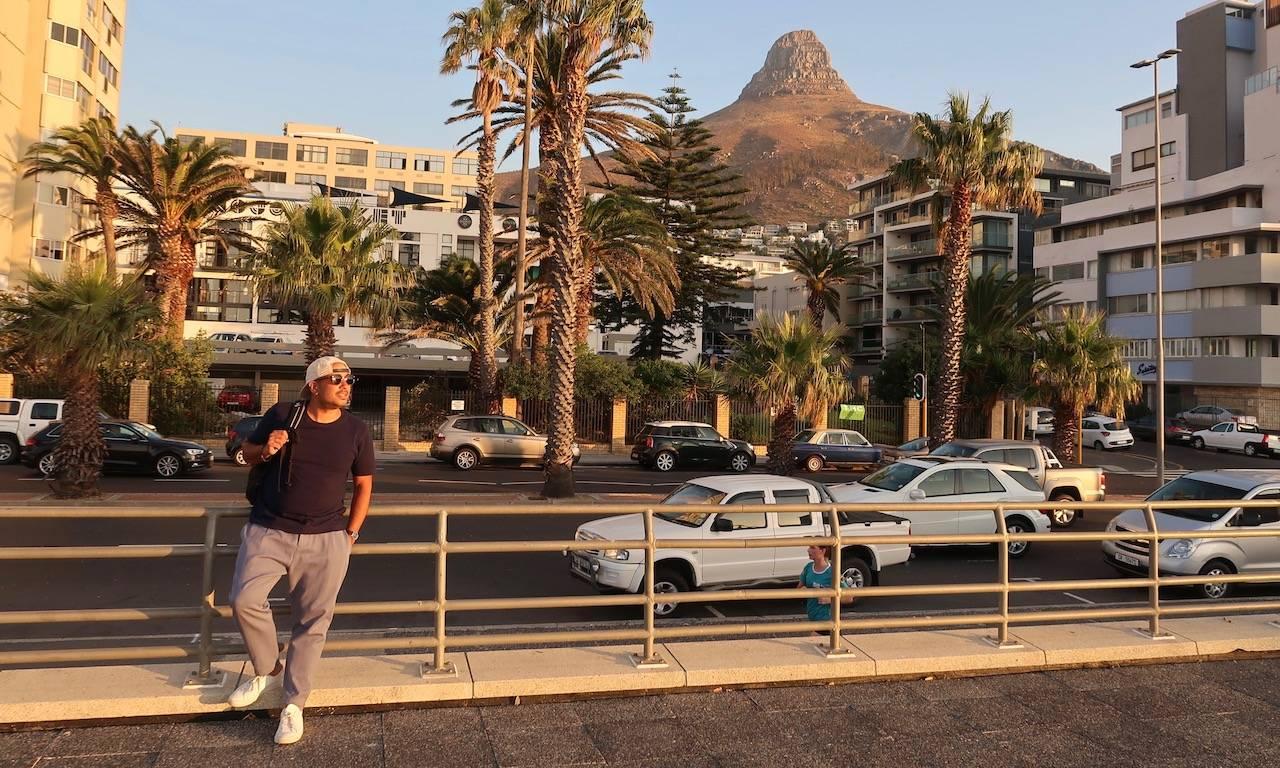 Bendja genießt die letzten Abendstunden auf der Seapoint Promenade mit Lion's Head im Hintergrund